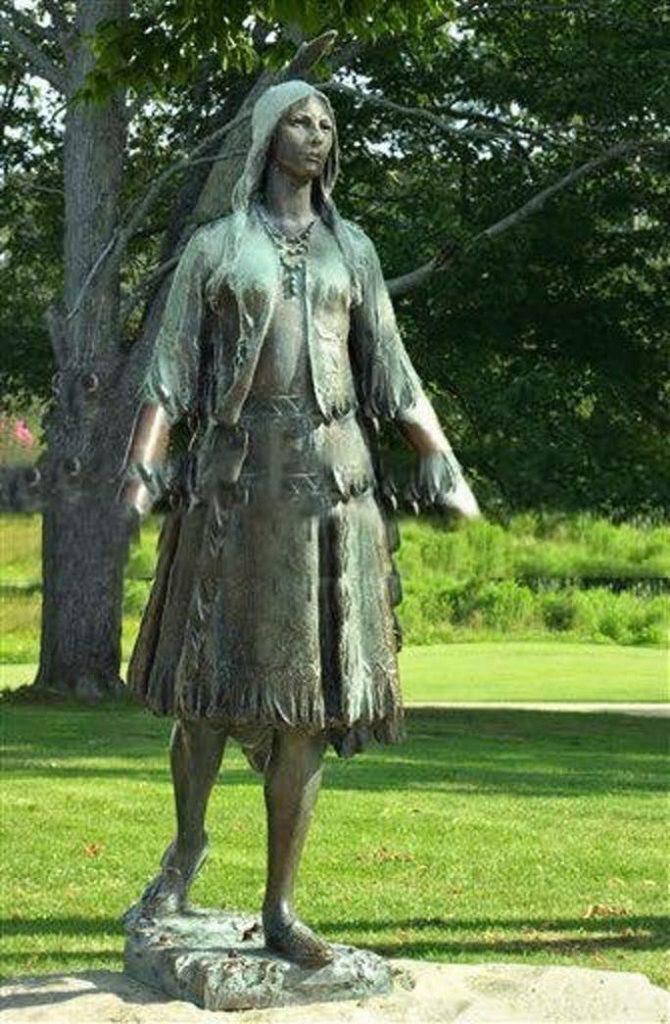 Статуя Покахонтас на месте первоначального Джеймстауна, в колониальном Национальном историческом парке, штат Вирджиния.
