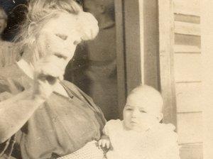 Вивиан Бак, с ее приемной матерью в 1924 году.