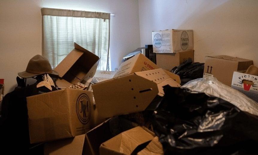 Кроме отсутствия света, весь дом был заполнен мусором от пола до потолка. По всему дому витал застарелый запах свалки.